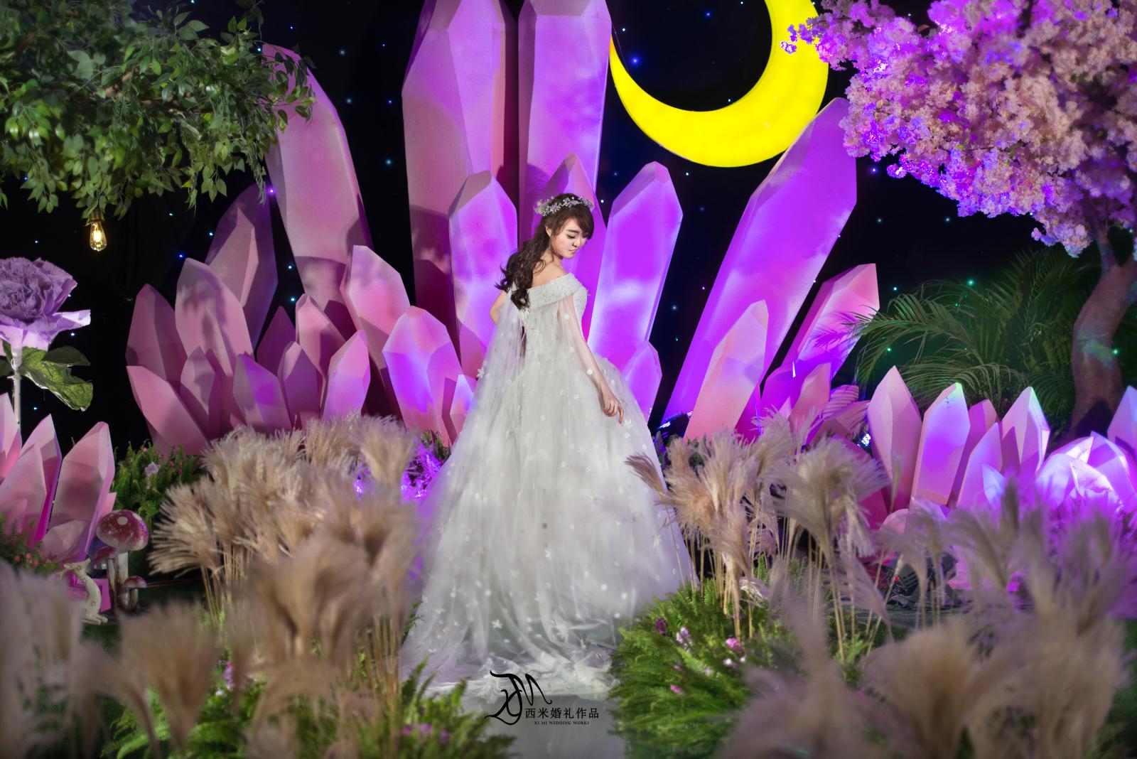 水晶森林-我有一个梦,就是陪你走过一片有着水晶的森林,到处都是粉紫色的水晶,雾气弥漫了整个大地,皎洁的月光压弯了树梢,手指指的远方,那是我们的家。