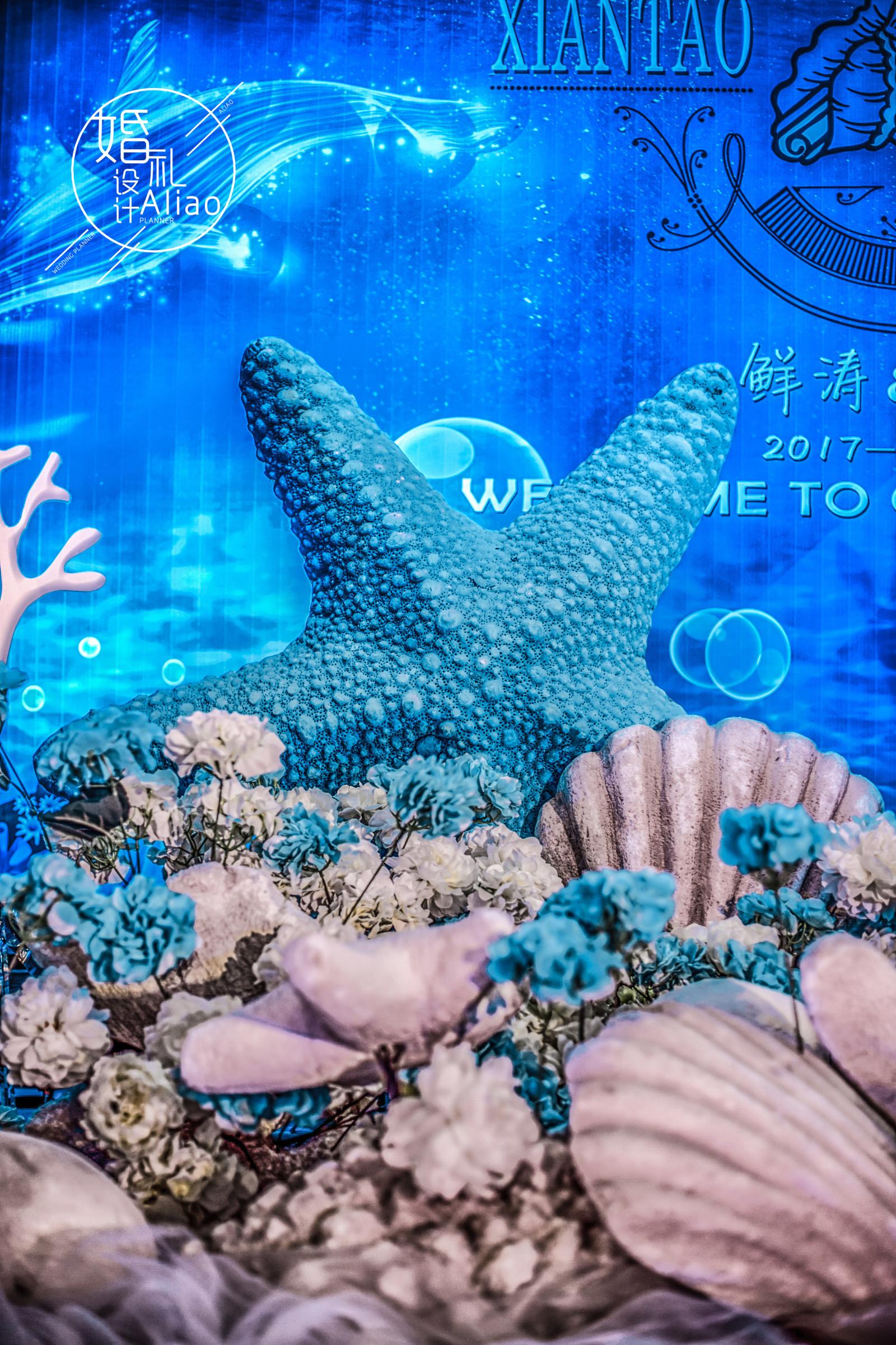 《LOVE IN SEA》-阳光透过清澈的海底,波光粼粼,鱼儿在海底自由自在的游动,乐得逍遥。海星、水草亲吻着海水,大口呼吸着天然之痒。珍珠藏在巨大的贝壳里,宛若宝石般光彩夺目,亲爱的,这是我献给你的来自二月蓝色海洋的暖流,愿沁入你的心底,如你期待。