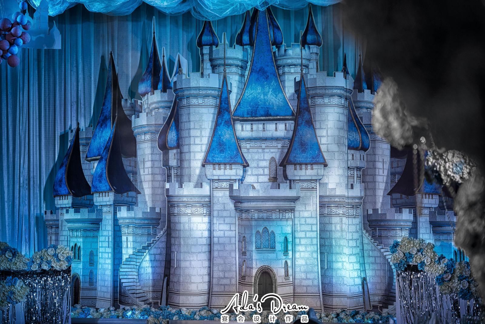 蓝色城堡-喜欢看见窗外飘来一朵蓝色的雪花 在梦里描绘关于爱情关于幸福的神话 听着天使的语言 仿佛走进了蓝色城堡 为梦里的事算个卦 永远相信他一定一定会飞来 就像那深蓝雪花 一辈子追随 天马行空的想象 浪漫又忧伤 的等待生命里的地久天长