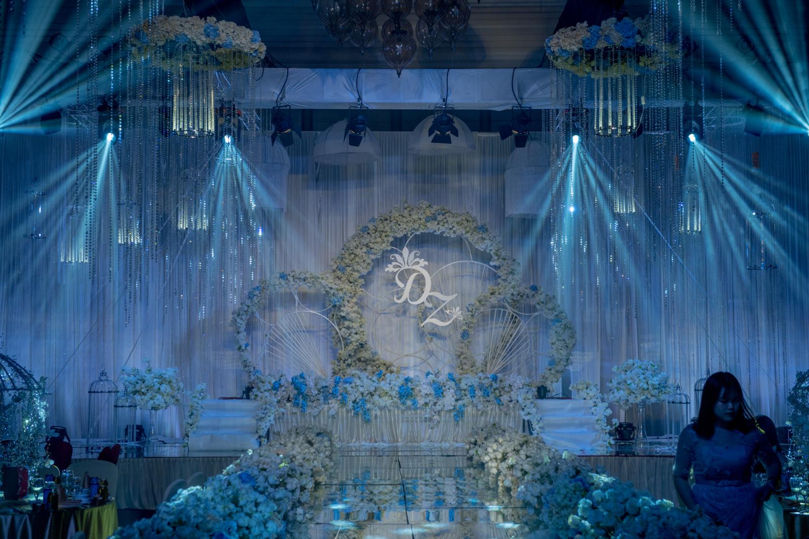 """守护-本场婚礼取之于新郎的一段发自肺腑的声音:我不能给你惊喜和浪漫,但是我会一直""""守护""""着你,你的任务是如水晶般晶莹美丽,我的任务是如雨伞般呵护、守护你。"""