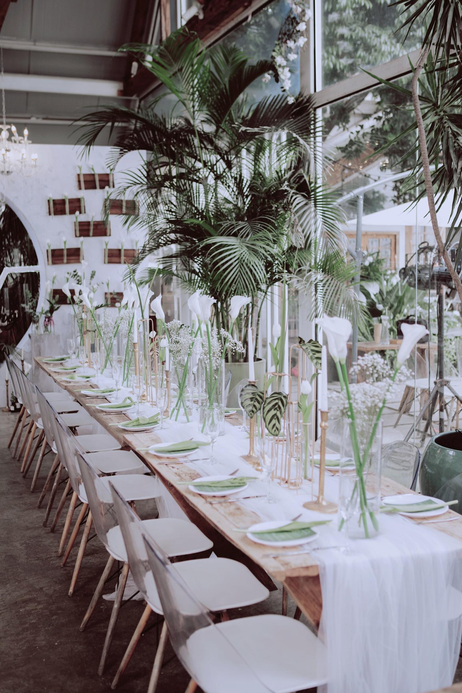 "Mint Banquet ? 薄荷晚宴-/ Mint Banquet · 薄荷晚宴这场婚礼的设计源于他们的名字和他们喜欢的色调。新郎名字里有一个""鑫"",新娘名字有一个""灵""""鑫灵相通"" ———— ""心灵相通""于是舞台是一个""O""的镂空设计值得一提的是,新娘的手捧花也是""O""型,符合她的名字的最佳设计"