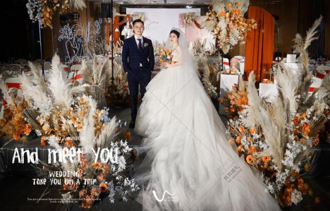 焦糖奶茶最甜-黄室内复古婚礼照片