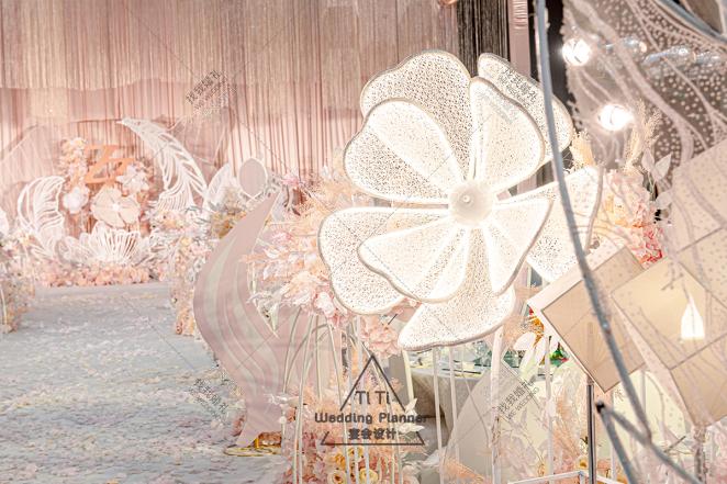 梦幻粉色婚礼-粉室内大气婚礼照片