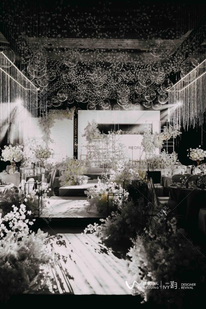 告白-白室内简洁婚礼照片