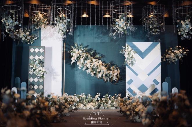 光影绿韵-蓝室内大气婚礼照片