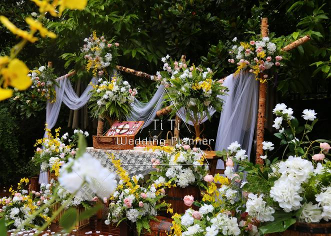谜语-白户外西式婚礼照片