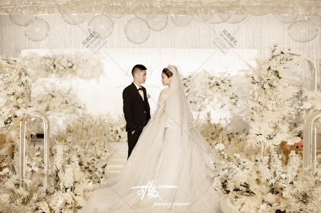 《香槟白》-黄室内唯美婚礼照片